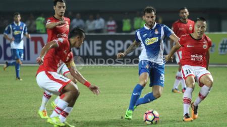 Pemain Espanyol mendapat hadangan tiga penggawa Persija Jakarta. - INDOSPORT