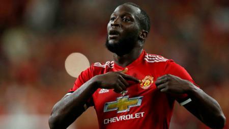 Romelu Lukaku berselebrasi dengan menunjukkan lambang Manchester United. - INDOSPORT