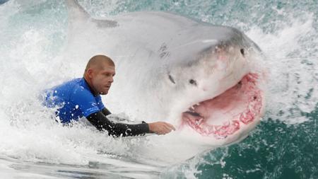 Mick Fanning, peselancar asal Australia yang nyaris diserang Ikan Hiu. - INDOSPORT