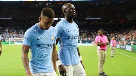 Gabriel Jesus dan Eliaquim Mangala tertunduk lesu usai Manchester City takluk dari Manchester United. - INDOSPORT