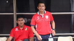 Indosport - Pelatih Mitgra Kukar, Jafri Sastra (kanan). FOTO INDOSPORT/Herry Ibrahim.