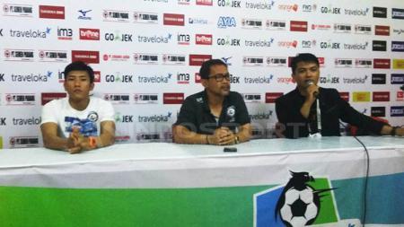 Pelatih Arema FC, Aji Santoso, saat konferensi pers usai timnya dikalahkan Semen Padang. - INDOSPORT