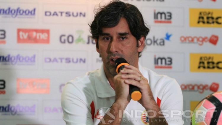 Pelatih Persija Jakarta, Stefano Cugurra Teco, memberikan tanggapan dalam konferensi pers jelang menghadapi Persib Bandung. Copyright: Gita Agiet/INDOSPORT