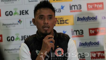 Bek tengah Persija Jakarta, Maman Abdurrahman, memberikan tanggapan dalam konferensi pers jelang menghadapi Persib Bandung. - INDOSPORT