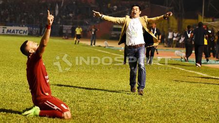 Nilmaizar berlari ke Marcel Sacramento rayakan keberhasilan Semen Padang mengalahkan Arema FC. - INDOSPORT