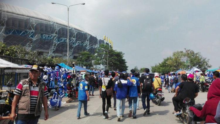 Situasi diluar stadion GBLA. Copyright: Twitter@RadioElshinta
