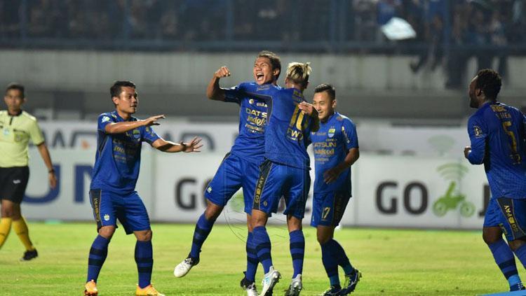 Ahmad Jufrianto melakukan selebrasi bersama rekan satu timnya setelah cetak gol pada menit ke-14. Copyright: Twitter@persib