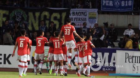Selebrasi pemain Persija usai Ramdani Lestaluhu mencetak gol penyama ke gawang Persib pada Liga 1 2017 di Stadion GBLA. - INDOSPORT