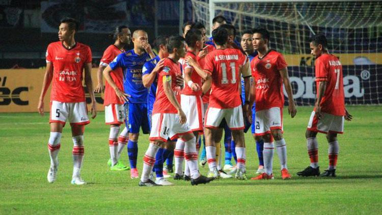 Situasi adu mulut pemain Persib Bandung vs Persija Jakarta. Copyright: Twitter@detikcom
