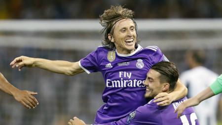 Gelandang Real Madrid, Luka Modric tengah berselebrasi dengan Mateo Kovacic. - INDOSPORT