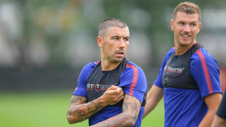 Aleksandar Kolarov resmi berseragam AS Roma. Copyright: Twitter/Flo-Calcio AS Roma