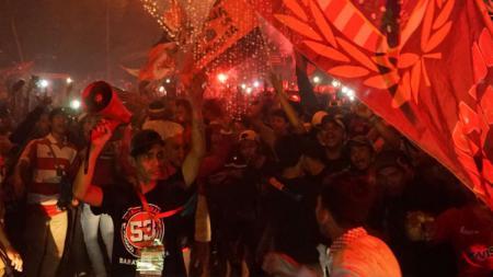 Jakmania sambut Persija Jakarta yang pulang bawa satu poin dari markas Persib Bandung. - INDOSPORT