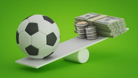 Ilustrasi sepak bola dan uang. - INDOSPORT