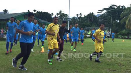 Pelatih Semen Padang, Nilmaizar akhirnya angkat bicara terkait pos di timnya yang butuh penambahan pemain jelang menghadapi putaran kedua Liga 1/2017. - INDOSPORT