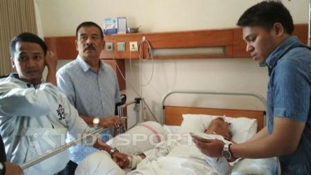 Umuh Muchtar saat menjenguk salah seorang bobotoh yang menjadi korban salah sasaran pada laga Persib Bandung kontra Persija Jakarta. - INDOSPORT