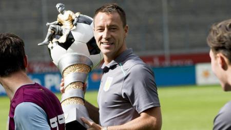 John Terry saat mengangkat trofi bersama Aston Villa. - INDOSPORT