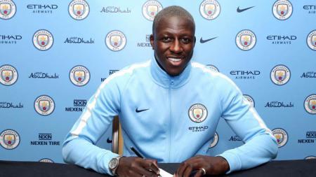 Benjamin Mendy saat menandatangani kontrak bersama Manchester City. - INDOSPORT
