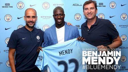 Benjamin Mendy saat diperkenalkan Manchester City. - INDOSPORT
