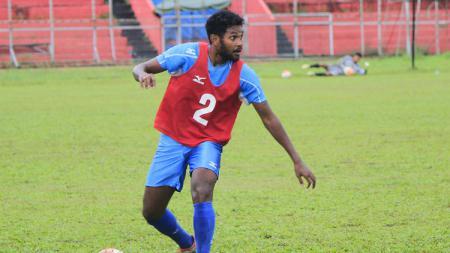 Pemain Semen Padang, Fandry Imbiri menjadi pemain pertama yang dilepas oleh klub berjuluk Kabau Sirah. - INDOSPORT