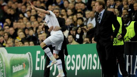 Jose Mourinho (tengah) dan Gareth Bale saat masih bermain untuk Tottenham Hotspur. - INDOSPORT