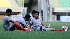 Indosport - Evan Dimas tengah berbincang dengan rekan satu timnya.