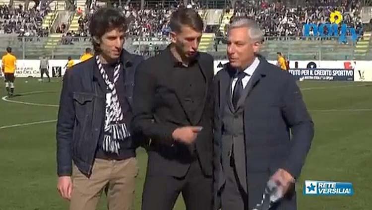 Federico Bernardeschi saat menolak memegan syal Juventus. Copyright: gazzetta.it