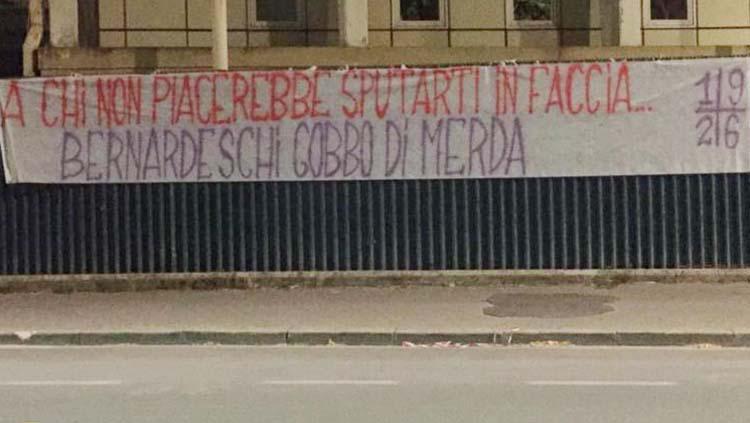 Spanduk kemarahan suporter Fiorentina atas kepindahan Federico Bernardeschi. Copyright: Twitter@@cmdotcom