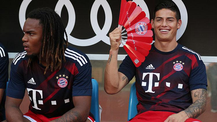 Renato Sanches duduk manis bersama James Rodriguez. Copyright: Indosport.com