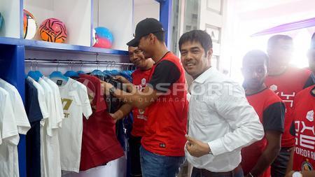 Nilmaizar di acara pembukaan toko perlengkapan olahraganya. - INDOSPORT
