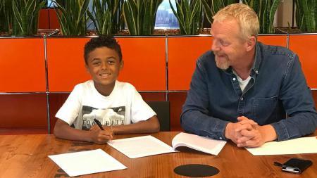 Shane Kluivert (kiri) saat melakukan tanda tangan perjanjian kontrak dengan Nike. - INDOSPORT