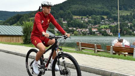 Philippe Coutinho bersepeda saat Liverpool berada di Jerman. - INDOSPORT