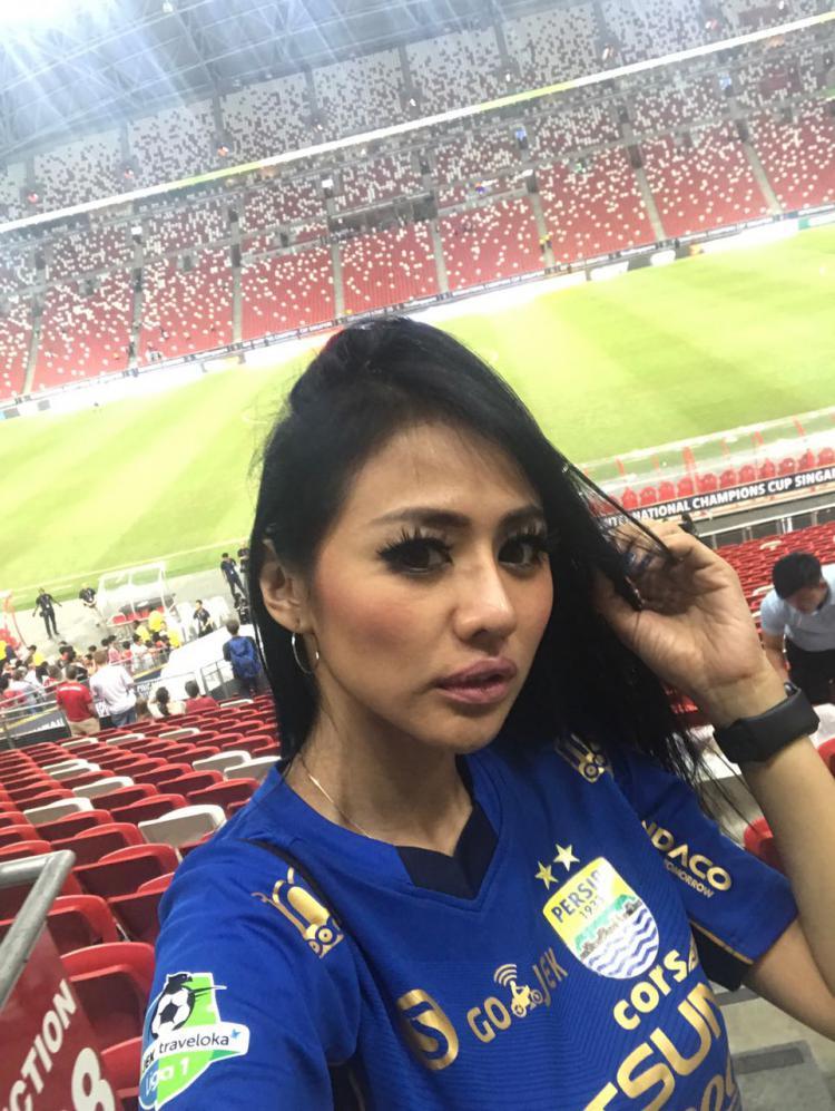 Jelly Jelo mengenakan jersey Persib, kala menyaksikan Inter Milan vs Bayern Munchen di Singapura. Copyright: Instagram/@jellyjel0