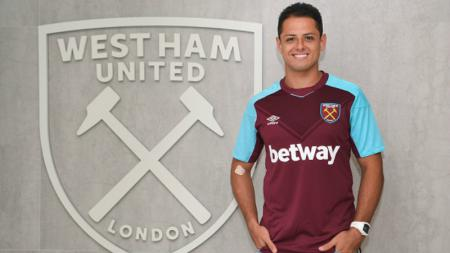 Chicharito mengenakan jersey West Ham dengan sponsor utama terpampang di depannya, betWay. - INDOSPORT