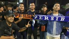 Indosport - The Jakmania dan Bobotoh saat melakukan aksi 1.000 lilin di Stadion Patriot.