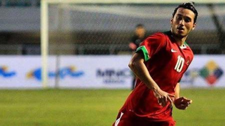 Ezra Walian memakai jersey Timnas Indonesia. - INDOSPORT