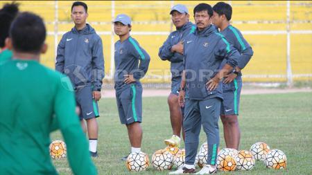 Indra Sjafri memberikan instruksi di sesi latihan Timnas Indonesia U-19 di Stadion H Agus Salim. - INDOSPORT