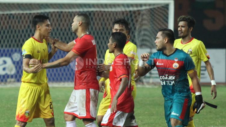Pemain Persija Jakarta dan Bhayangkara FC bersitegang. Copyright: Herry Ibrahim/INDOSPORT