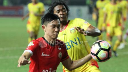 Sutanto Tan merebut bola. - INDOSPORT