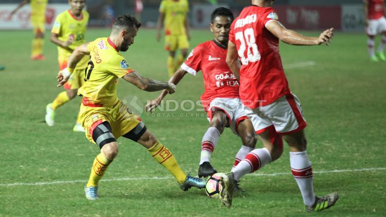 Situasi pertandingan Persija Jakarta vs Bhayangkara FC. Copyright: Herry Ibrahim/INDOSPORT