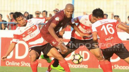 Penyerang PSM Makassar, Reinaldo Elias da Costa dijaga ketat oleh tiga pemain bertahan MU. FOTO: Ian Setiawan/Indosport.com. - INDOSPORT
