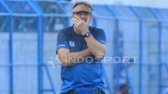 Indosport - Robert Rene Alberts menatap dengan kosong, setelah tak percaya tim asuhannya gagal memaksimalkan peluang menjadi gol. FOTO: Ian Setiawan/Indosport.com