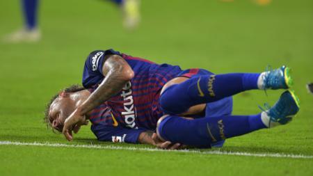 Neymar merintih kesakitan saat membela Barcelona mengalahkan Real Madrid 3-2. - INDOSPORT