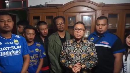 Ketua MPR RI, Zulkifli Hasan, melayat ke kediaman almarhum Ricko Andrean, korban pengeroyokan sesama Bobotoh, pendukung Persib Bandung. - INDOSPORT
