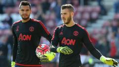Indosport - Sergio Romero (kiri) dan David De Gea, dua kiper Man United.