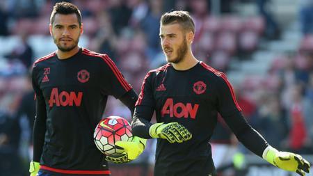 Sergio Romero (kiri) dan David De Gea, dua kiper Man United. - INDOSPORT