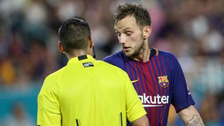 Gelandang Barcelona, Ivan Rakitic terlihat berbicara dengan wasit. - INDOSPORT