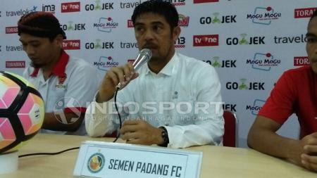 Pelatih Semen Padang, Nilmaizar saat melakukan konferensi pers. - INDOSPORT