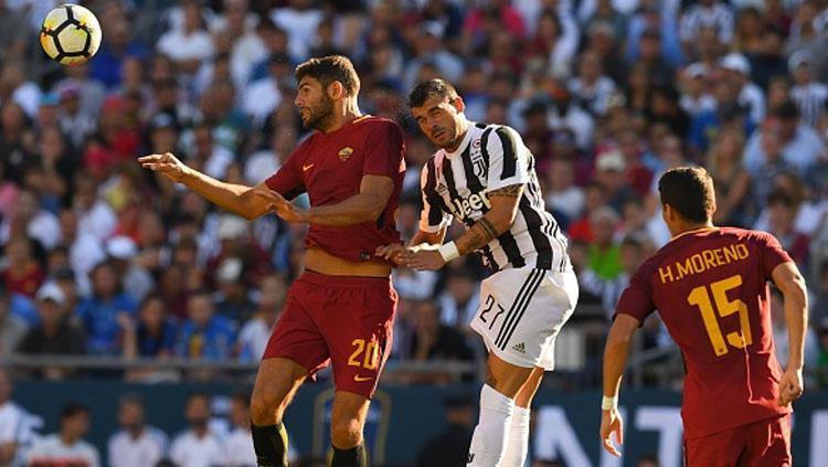 Federico Fazio (AS ROma) saat akan mengambil bola sundulan dan kawal ketat oleh Stefano Sturaro (Juvenuts). Copyright: INDOSPORT