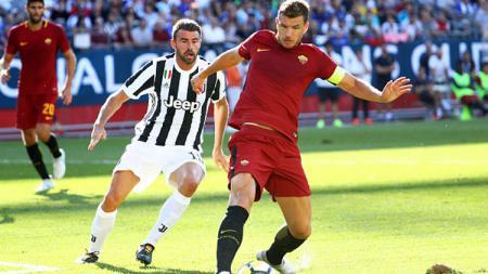 Andrea Barzagli (Juventus) tampak fokus memperhatikan bola yang tengah dikontrol oleh Edin Dzeko. - INDOSPORT