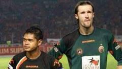 Indosport - Bambang Pamungkas (kiri) dan Evgheni Hmaruc (kanan).